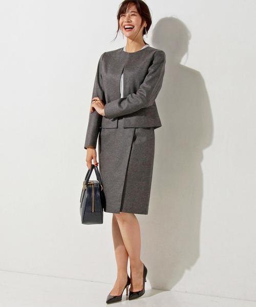 秋の接待におすすめのグレーのスカート×ジャケットのセットアップ