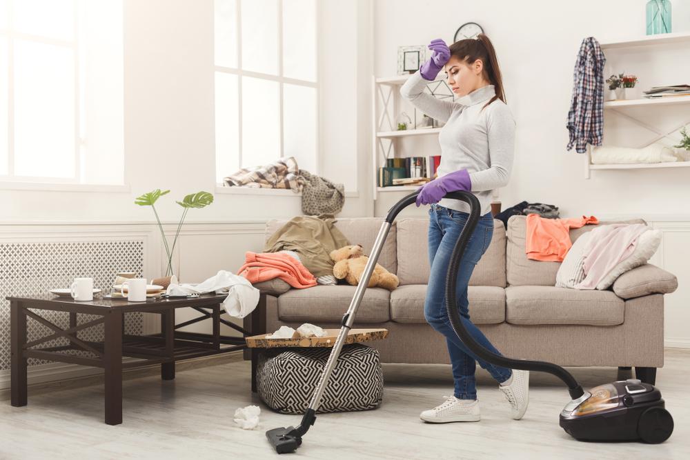 掃除をして厄落としをしている女性