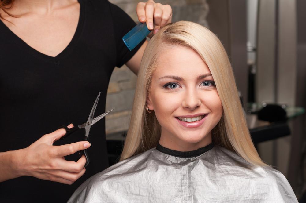 厄落としで髪を切る女性