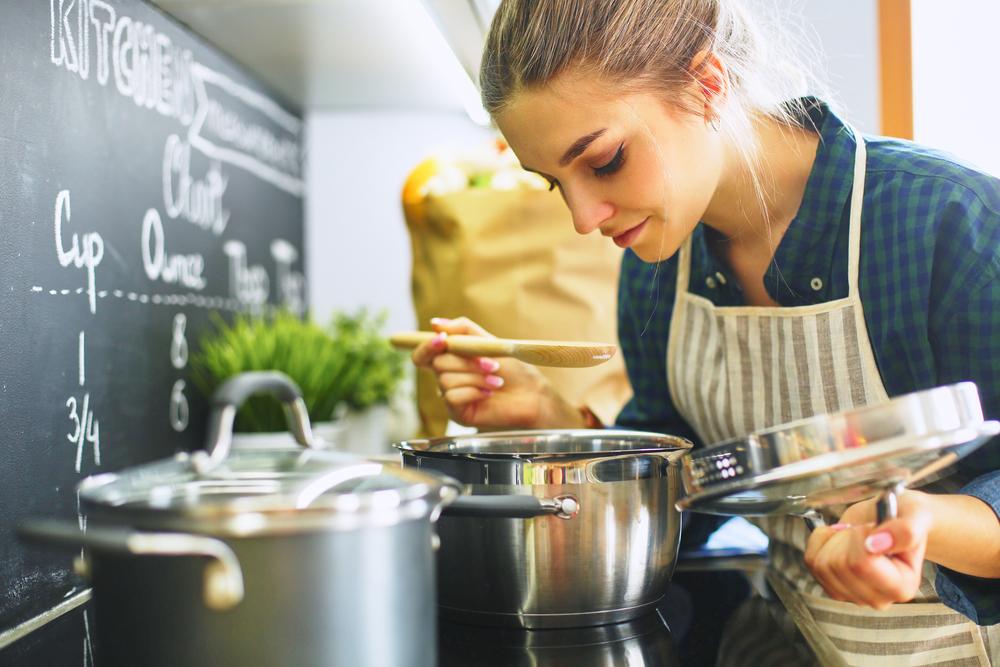 スープを作る女性