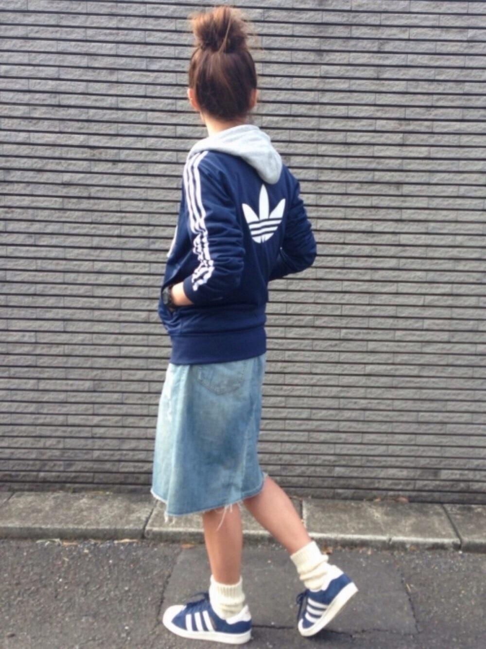 パーカーとデニムスカート