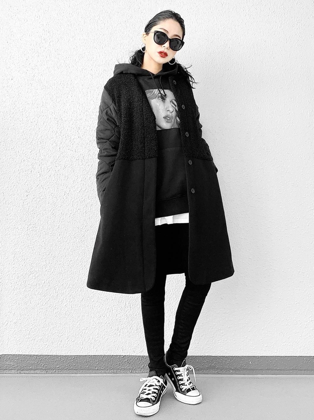 黒パーカーに黒ロングコート