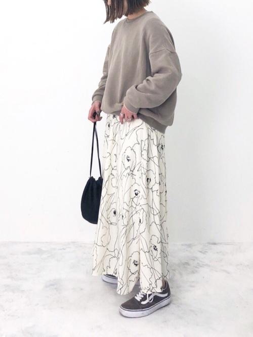 ベージュトップスを使った花柄スカートとスニーカーコーデ
