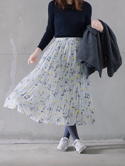 黒ニットを使った花柄スカートとスニーカーコーデ