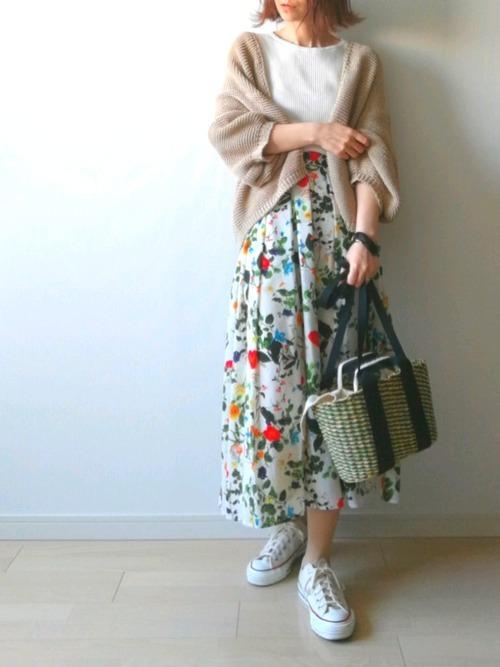 ニットカーデを使った花柄スカートとスニーカーコーデ