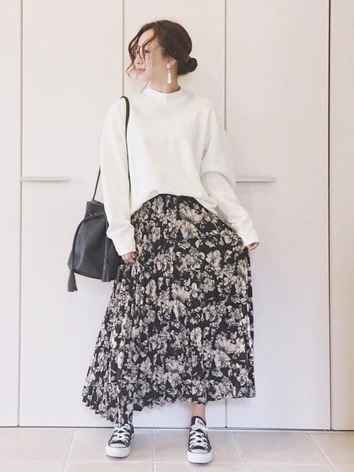 白ニットを使った花柄スカートとスニーカーコーデ