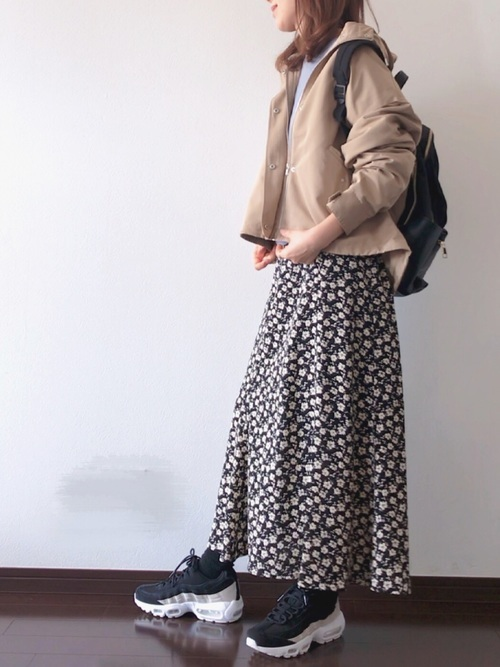 マウンテンパーカを使った花柄スカートとスニーカーコーデ