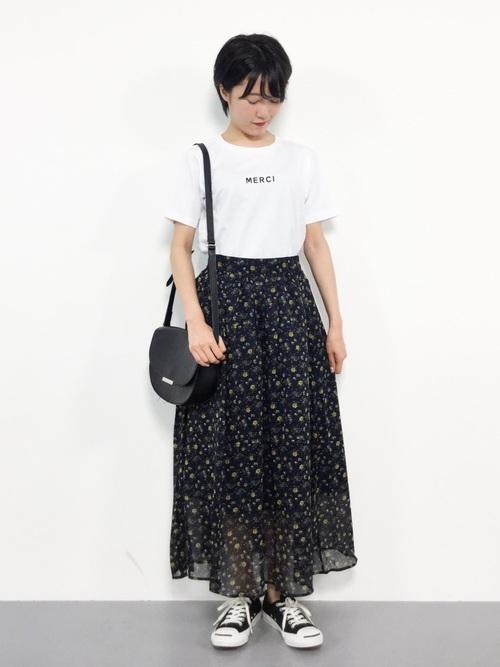白Tを使った花柄スカートとスニーカーコーデ