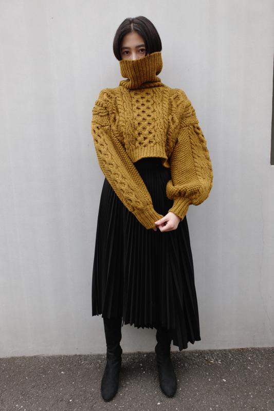 アシンメトリーデザインのプリーツスカート