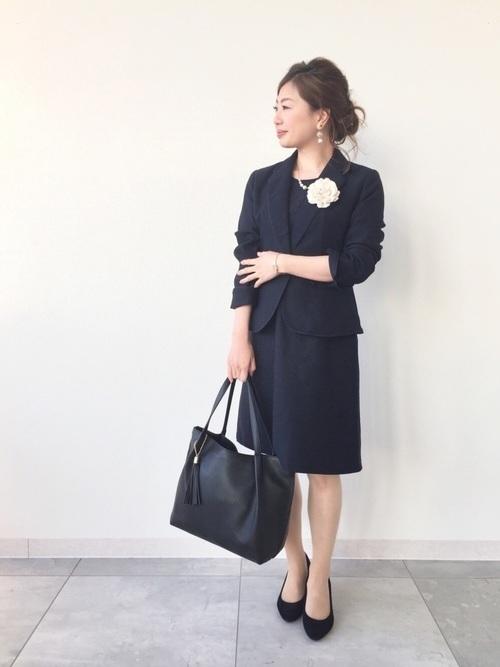 コサージュを使った高校卒業式の母親の服装