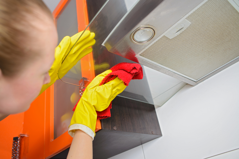 換気扇掃除をしている女性