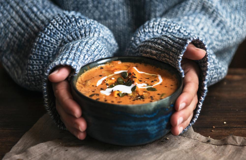 スープを持つ女性
