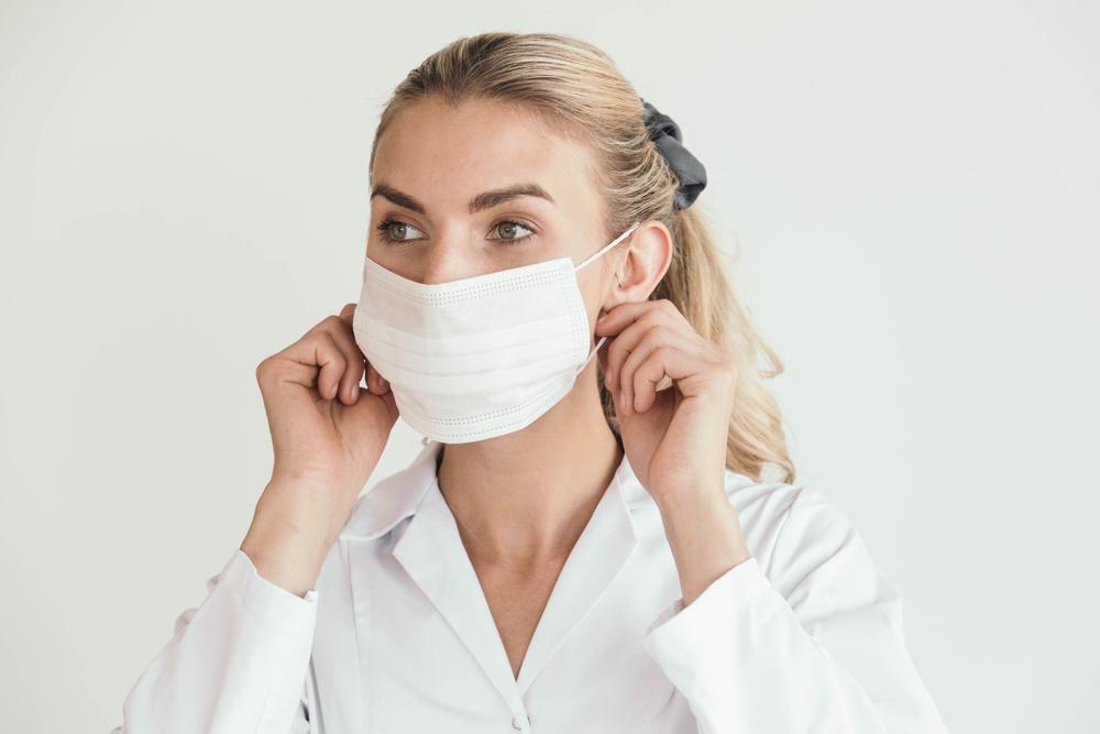 マスクをつける女性