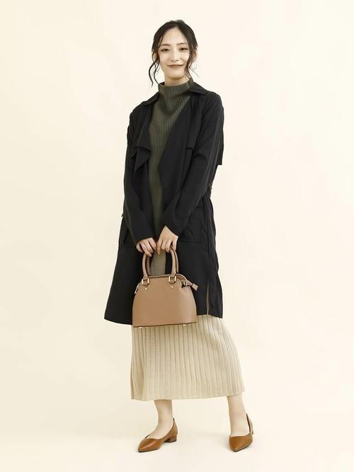 リブニットスカートを使った黒トレンチコートコーデ