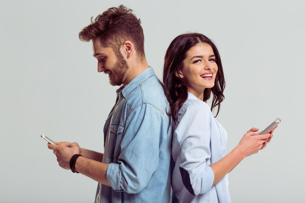 彼氏と楽しくLINEをしている女性