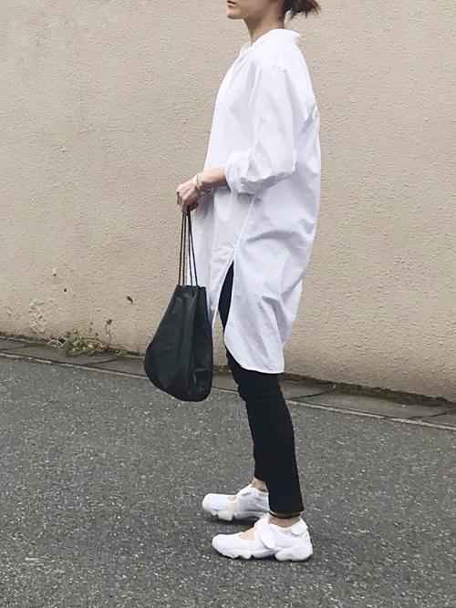 春におすすめの黒の巾着バッグを使ったコーデ