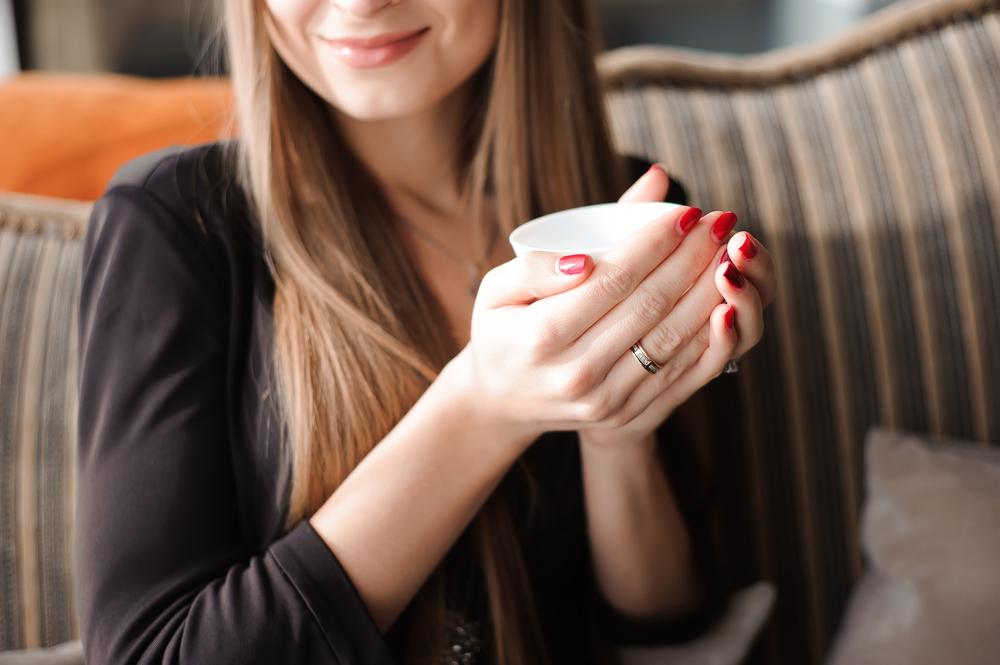 白湯ダイエットをしている女性