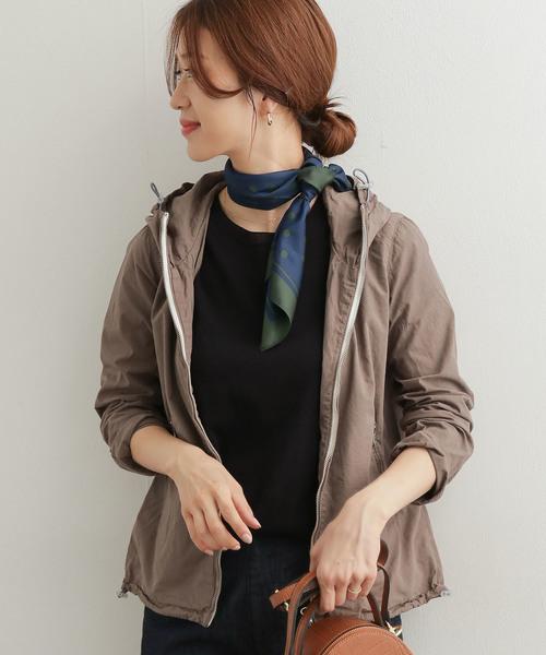 秋のニュアンスカラーのスカーフ