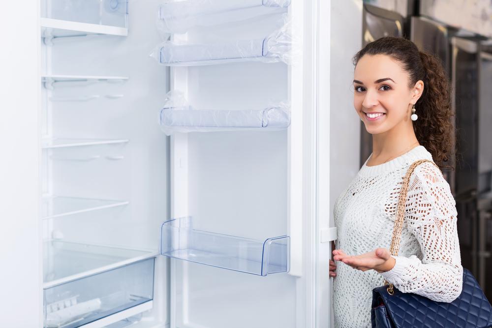 引っ越しを機に冷蔵庫を購入している女性
