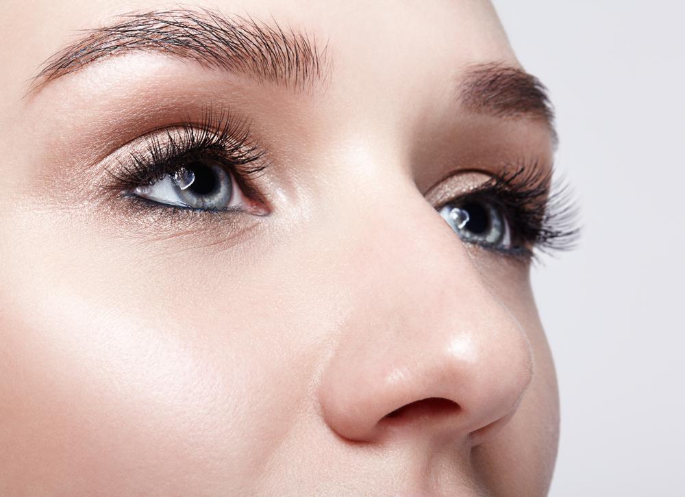 女性の鼻のアップ