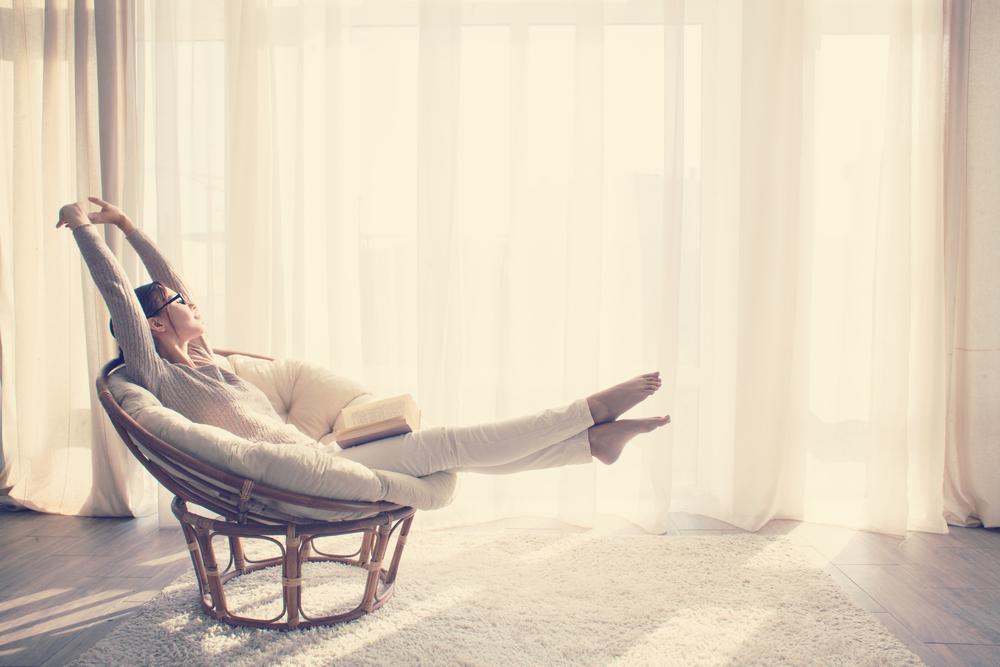 のんびり過ごす女性