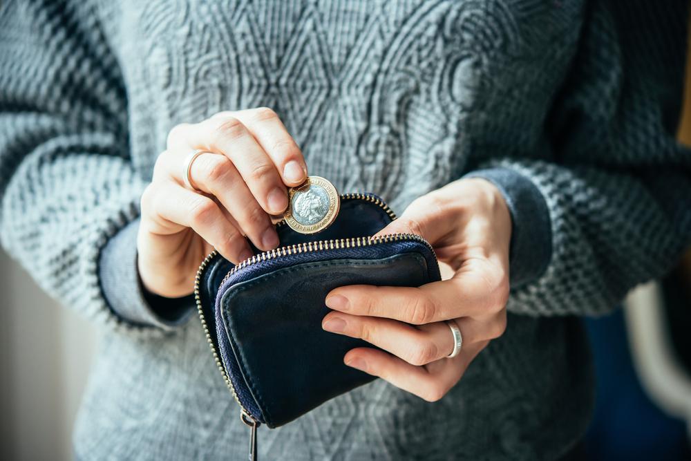 小銭貯金をしている女性