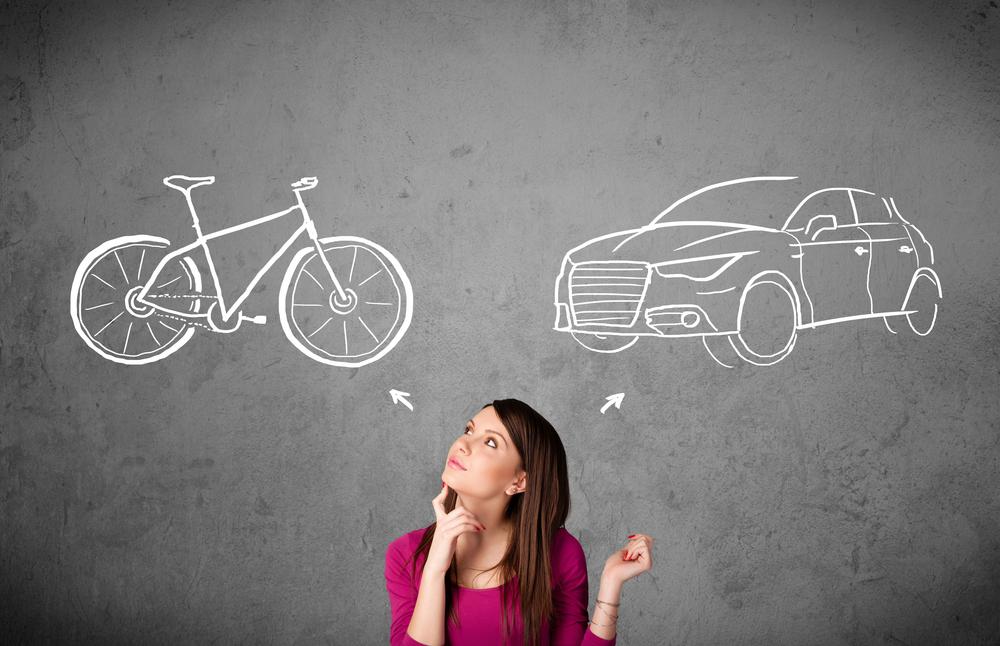 自転車のマナーを考えている女性