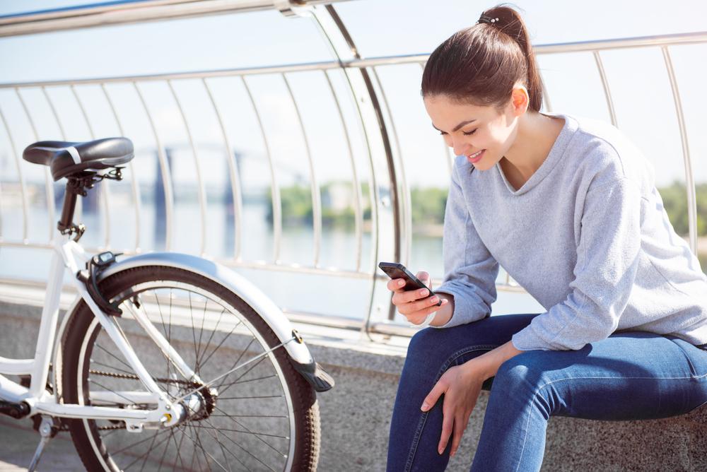 自転車のマナーが良い女性