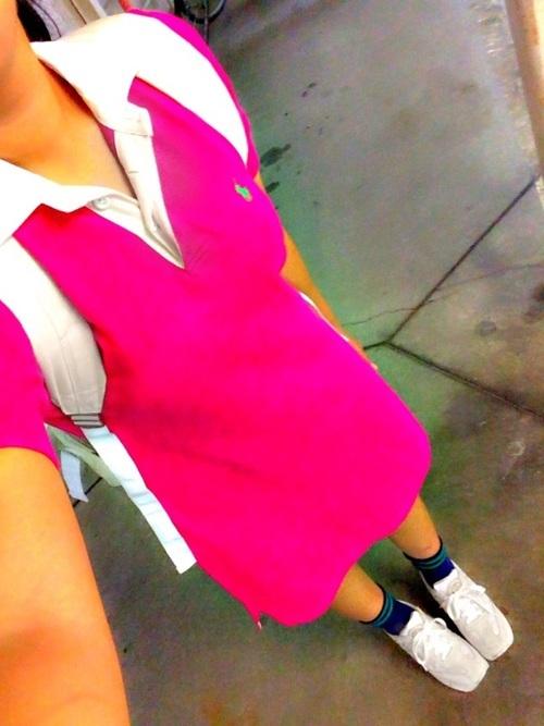 ピンクのポロシャツワンピースコーデ