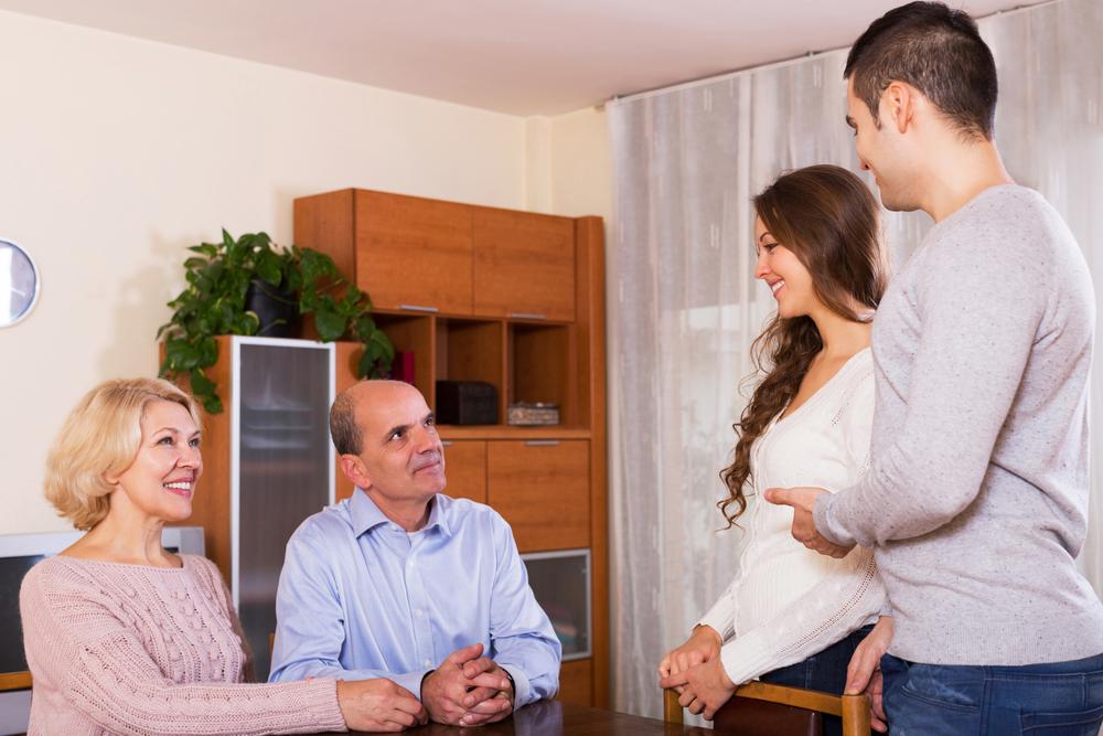 同棲中の妊娠で親に挨拶をしているカップル