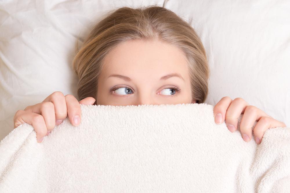 毛布で寝ている女性