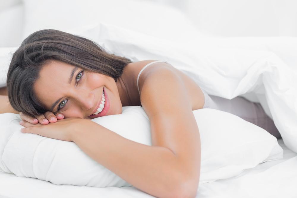 うつぶせ寝をする女性