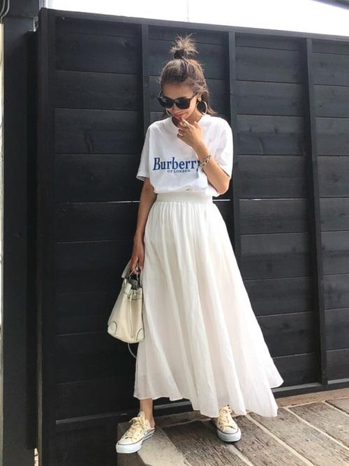 Tシャツにアイボリースカート