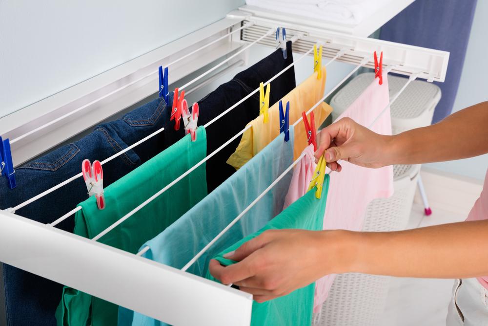 洗濯物を干す女性の写真