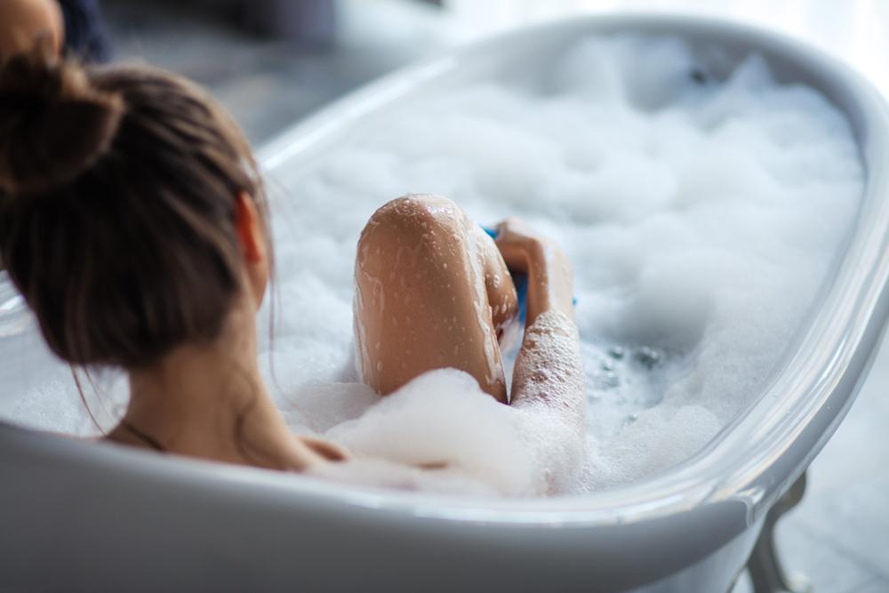 お風呂でマッサージをする女性