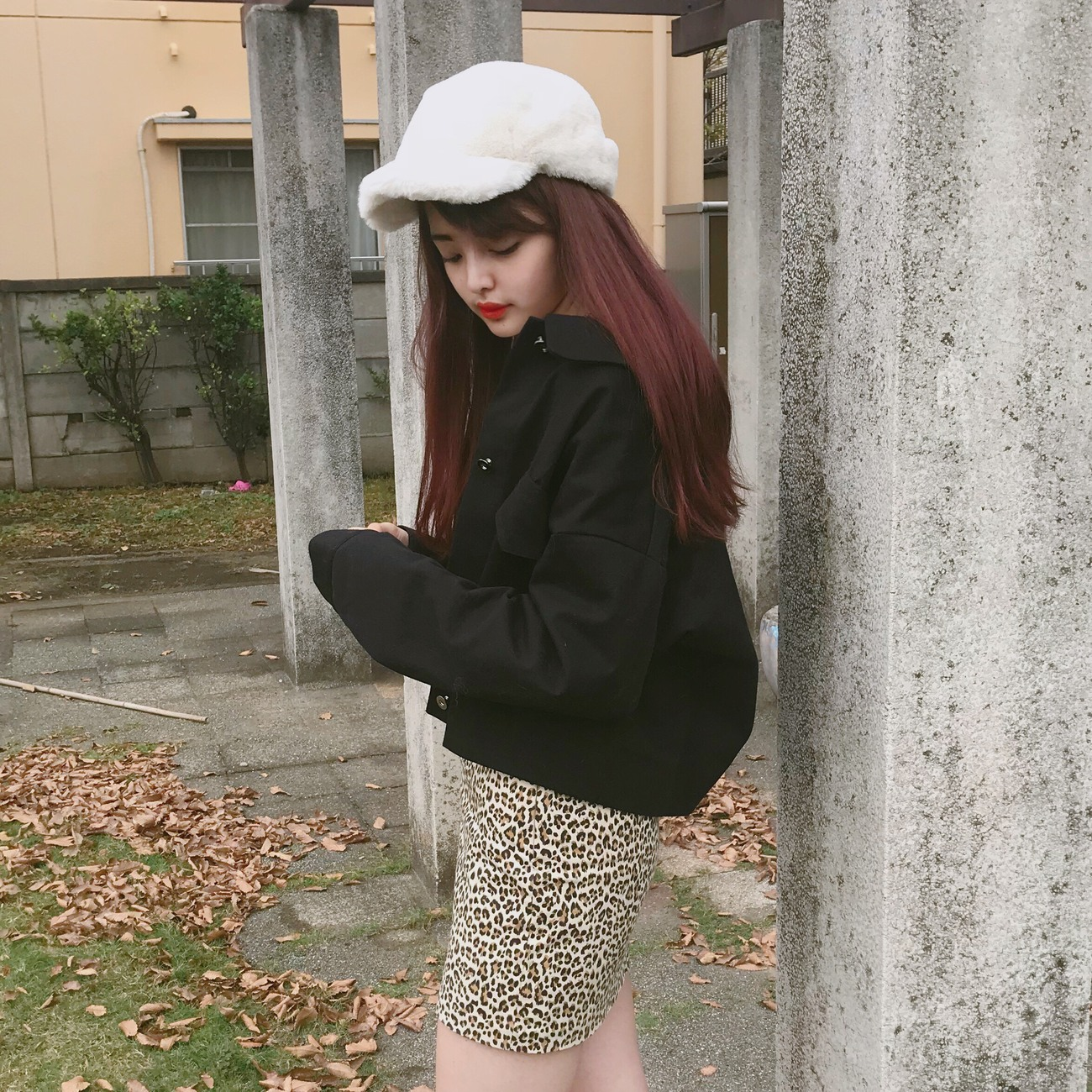 オーバーサイズジャケットとレオパードスカートのコーデ