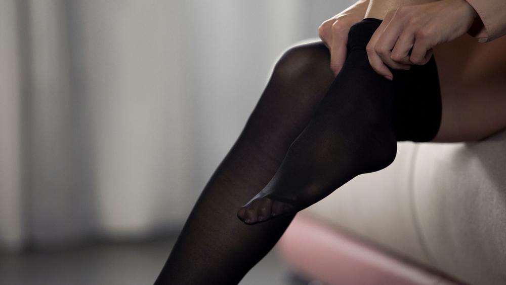 黒タイツを履く女性