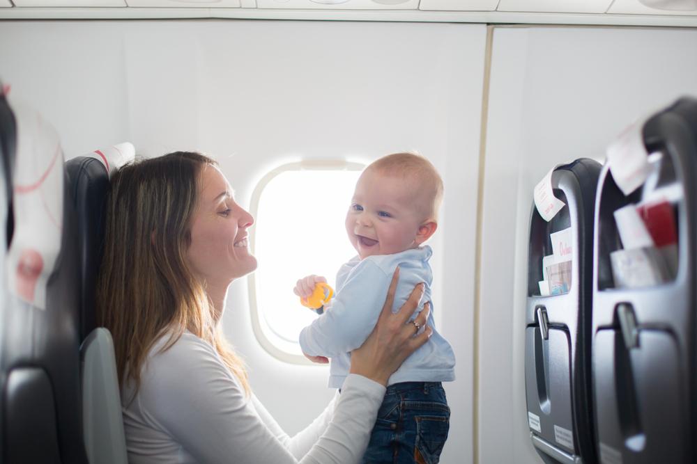 飛行機に乗っている赤ちゃん