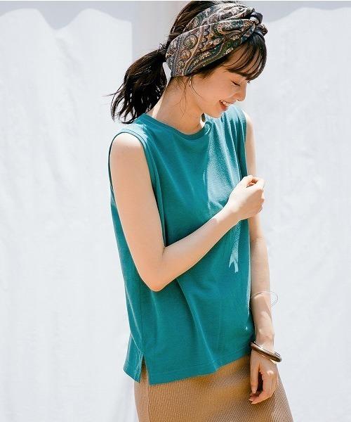 ターコイズブルーのノースリーブTシャツ