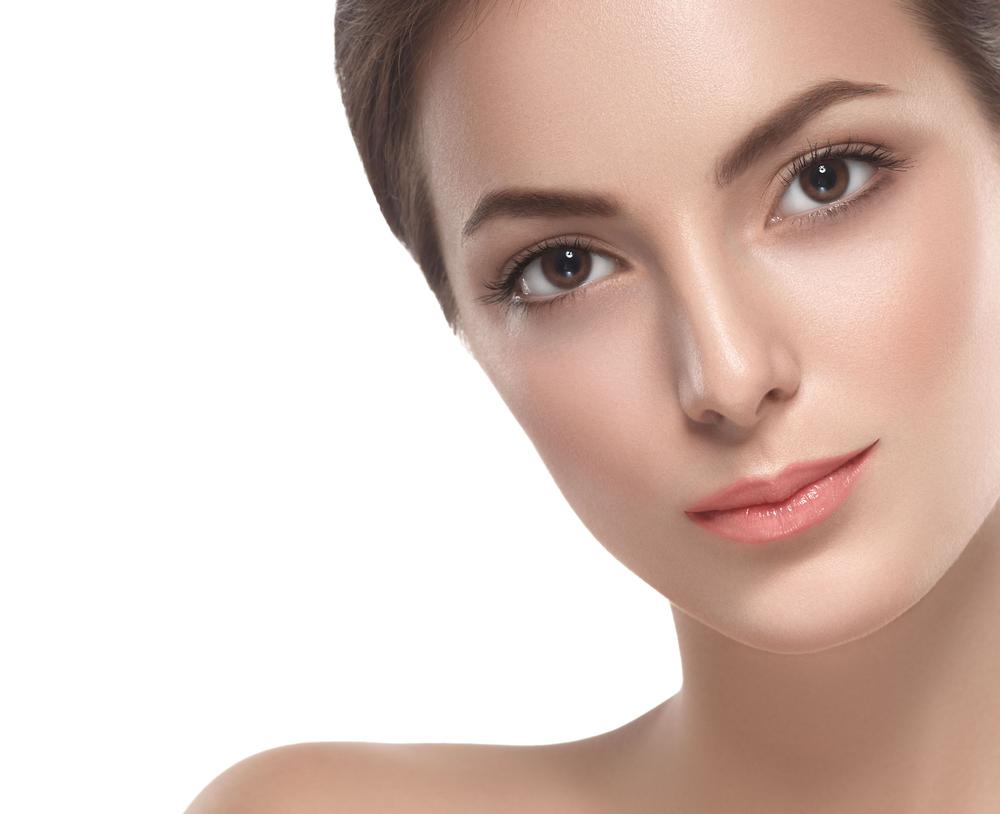 きれいな形の眉毛の女性