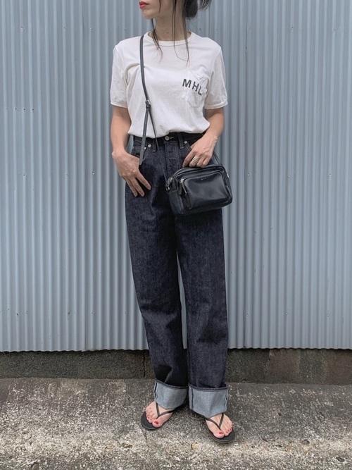 デニムパンツを使った熱海の服装