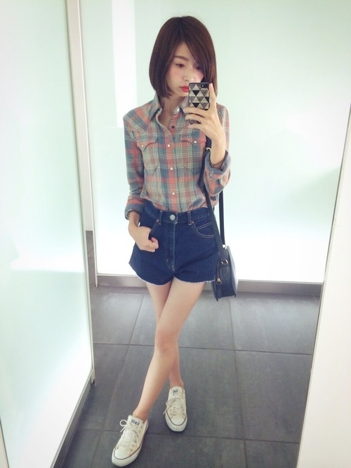 チェックシャツ×デニムショートパンツ