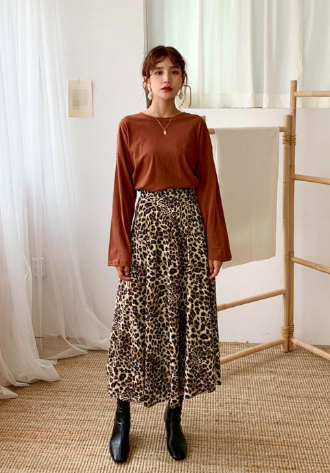 レオパードスカートを使った30代のショートブーツコーデ