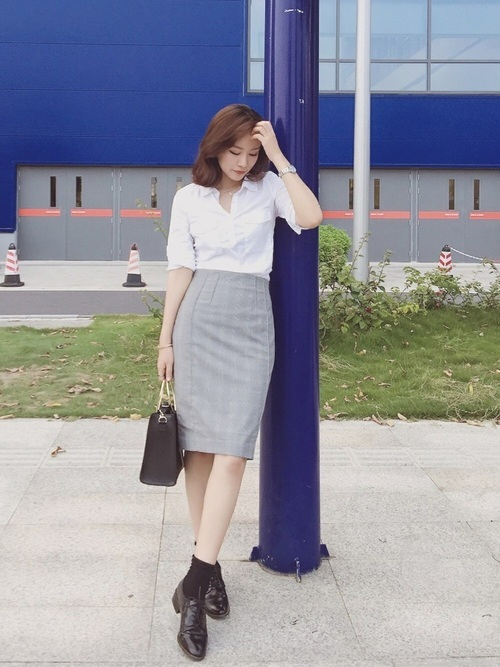 白シャツとタイトスカート