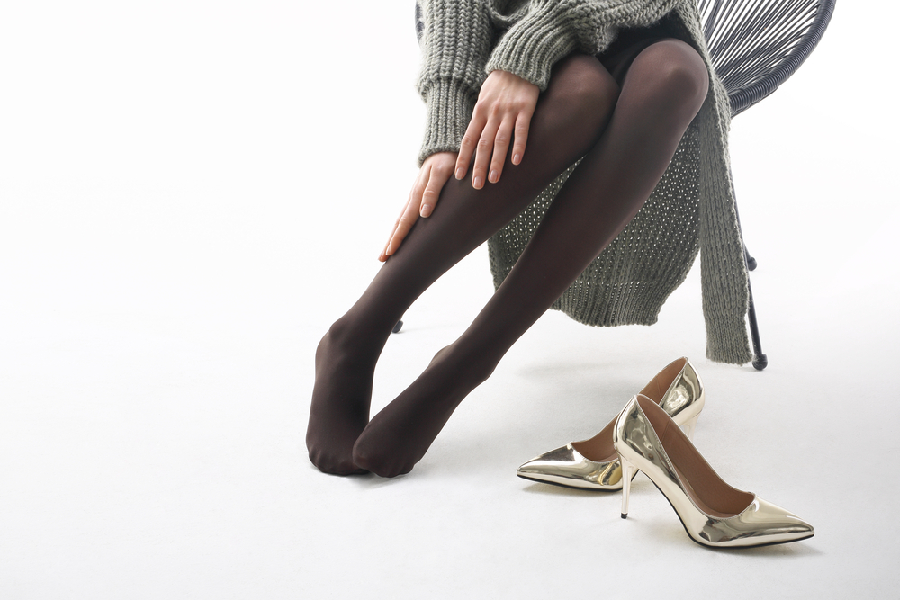 タイツを履いた女性の脚