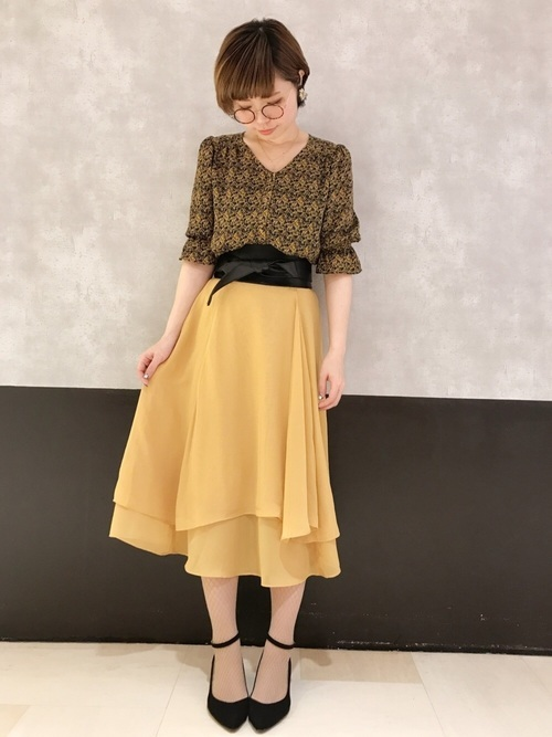黄色のスカートコーデ