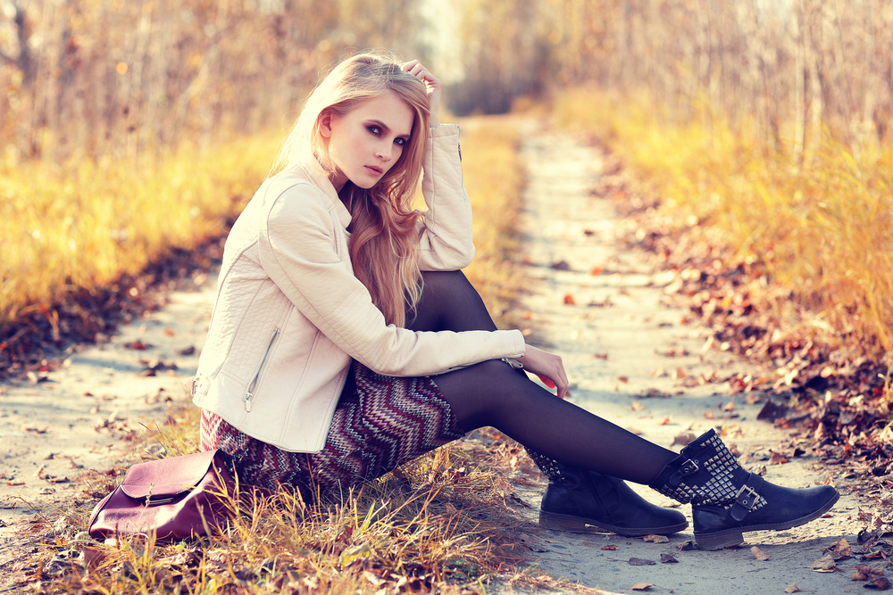 道に座る女性