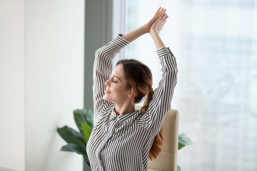 オフィスでストレッチをする女性