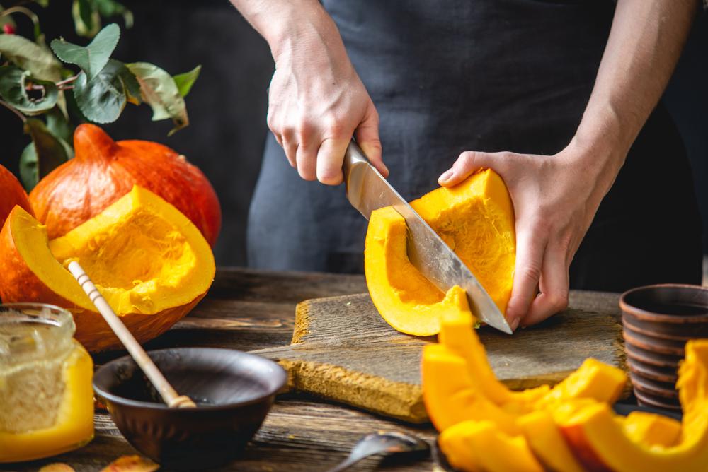 かぼちゃを切る女性