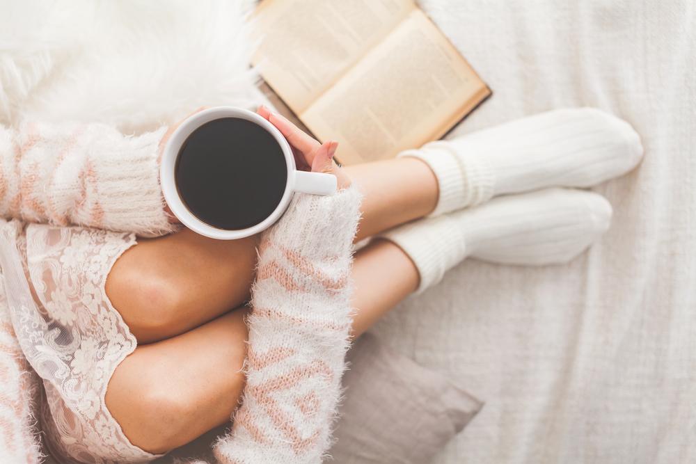 デカフェコーヒーを飲んでいる女性